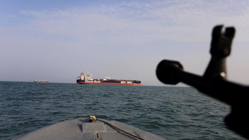 Bild från en iransk båt som riktar vapen mot det svenskägda och brittiskflaggade oljetankern Stena Impero. Spänningarna i gulfen befaras nu höja oljepriserna.