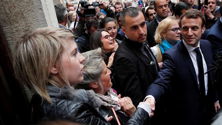 Emmanuel Macron, presidentkandidat i Frankrike, skakar hand med en väljare.