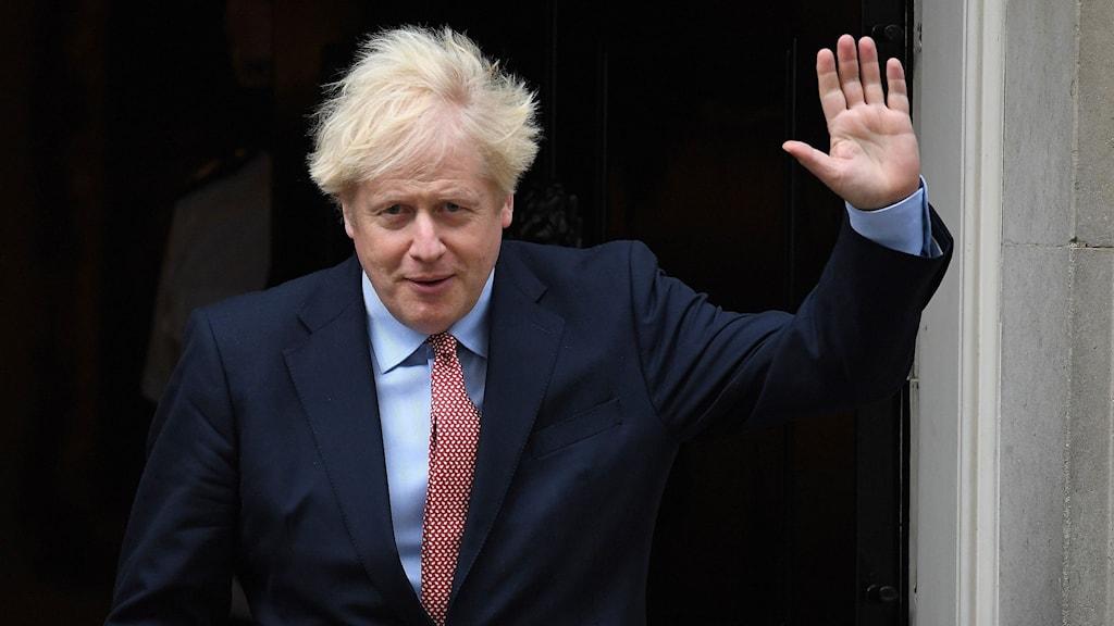 Den brittiske premiärministern Boris Johnson lämnar 10 Downing Street inför sitt tal till partikonferensen.