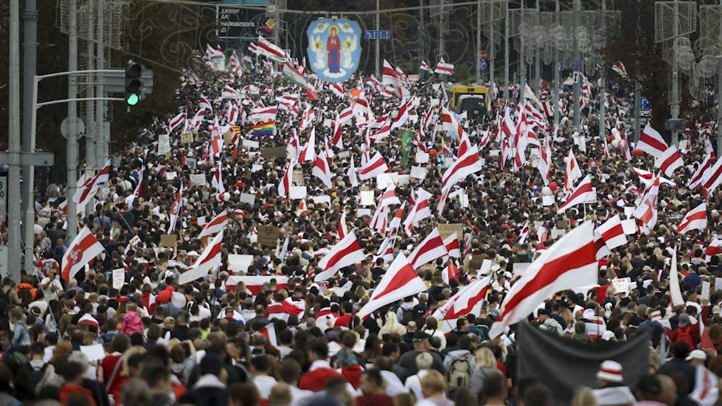 Över 100 000 deltog i gårdagens demonstrationer mot president Lukasjenko.