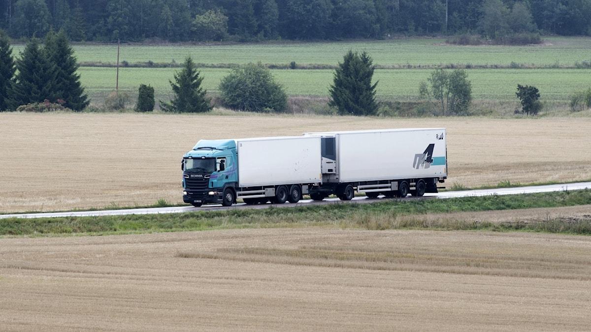 Lastbil på en mindre väg på landet.
