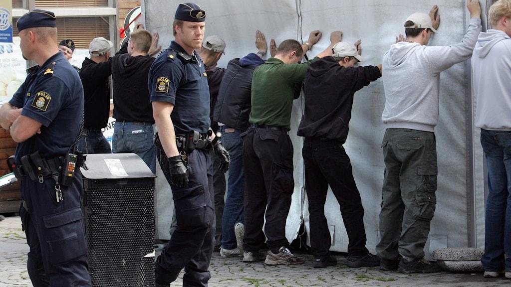 högerextremister utrustade med fanor delat ut flygblad på Medborgarplatsen på Södermalm i Stockholm uppstod bråk med vänsterextremister från Antifascistisk aktion (Afa) på lördagen.