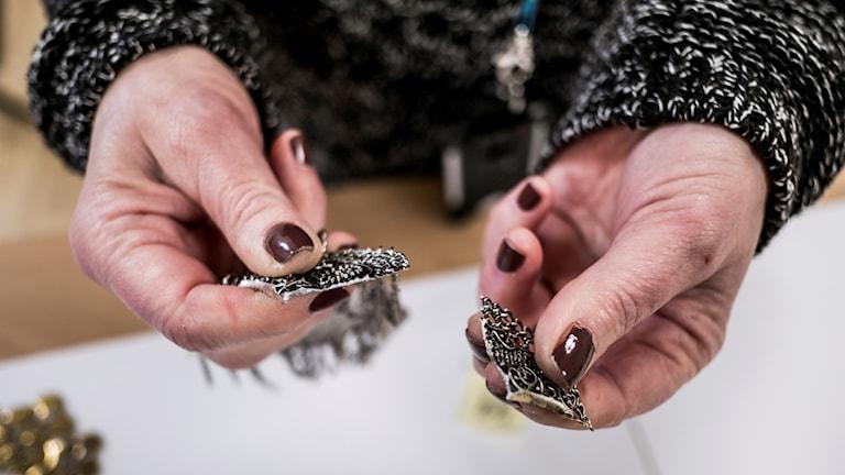 En anmälan kan handla om att en vara innehåller ett förbjudet ämne, till exempel smycken.