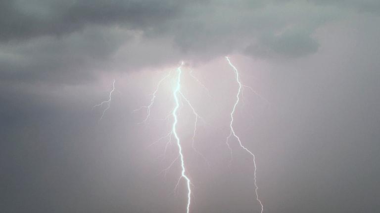 En klass 1-varning för kraftig åska under förmiddagen har utfärdats för Södermanlands län, Stockholm län, Uppsala län och Gotland.