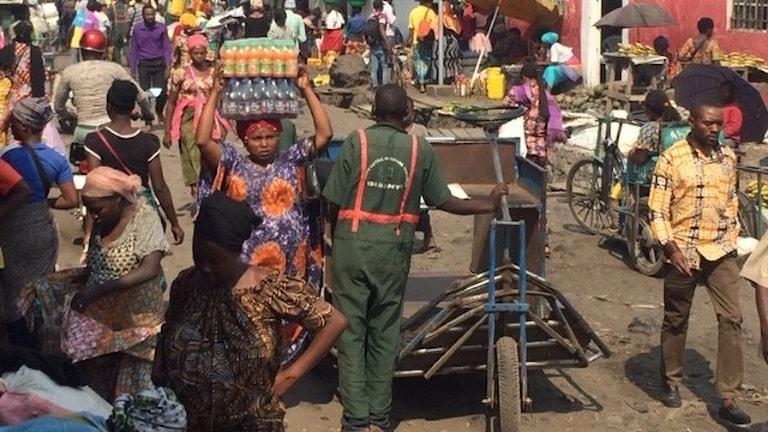Vid La Petite Barrière passerar dagligen tiotusentals människor som lever på gränshandeln.