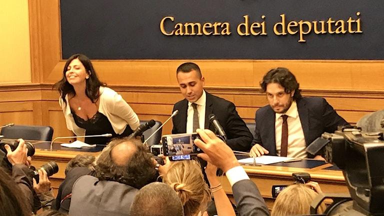 Femstjärnerörelsens ledare Luigi Di Maio (i mitten) var den som meddelade att medlemmarnas onlineomröstning resulterade ett ja till regeringssamarbete med Demokratiska partiet.