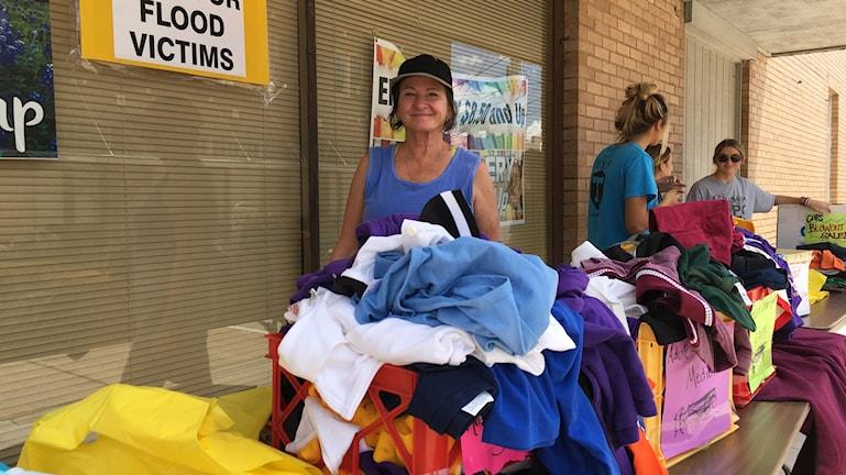 Patricia Goode delar ut kläder till offren för översvämningen på huvudgatan i La Grange.
