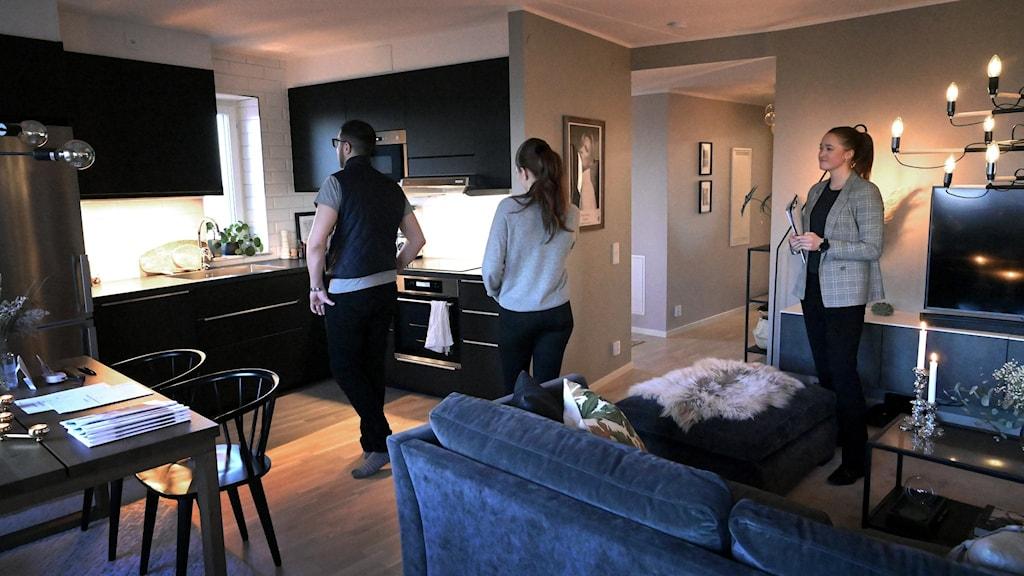 Mäklare visar en lägenhet för ett ungt par