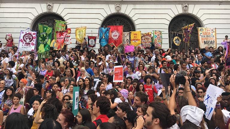 Tusentals brasilianska kvinnor demonstrerade mot presidentkandidaten Jair Bolsonaro i flera städer i går.