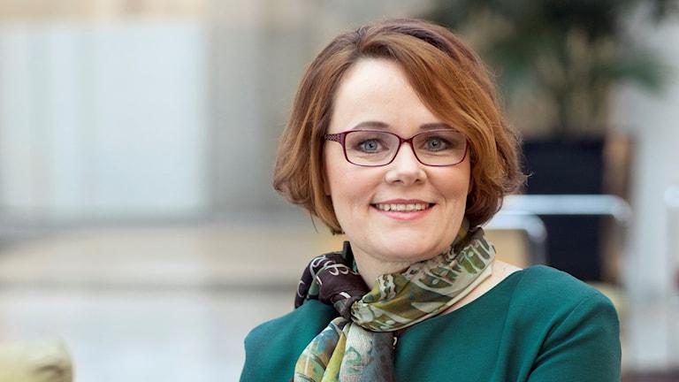 Anna-Karin Jatko sitter inne på ett kontor