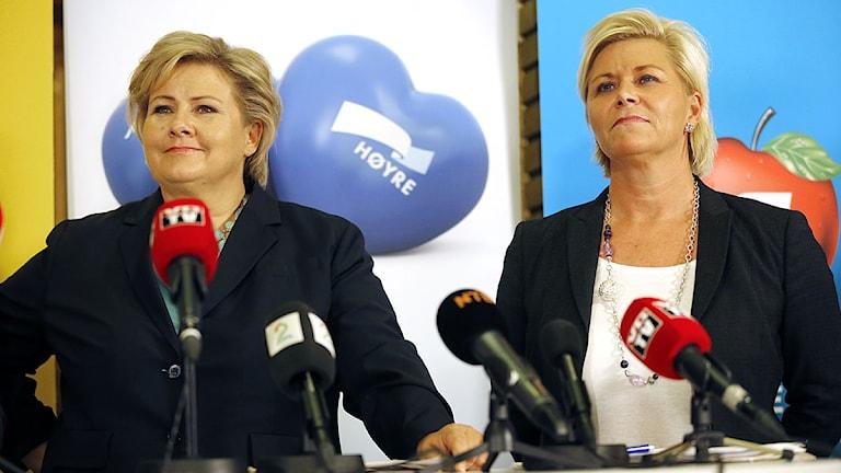 Høyreledaren och blivande statsministern Erna Solberg och Fremskrittspartiets Siv Jensen. Foto: Lise Åserud/TT.