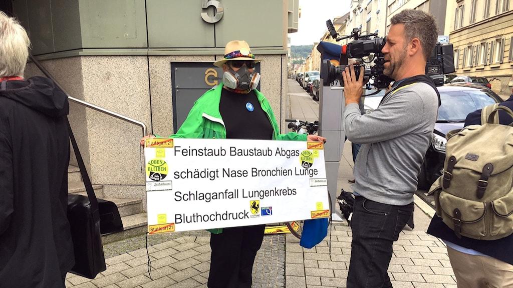 Demonstrant med gasmask, fotograf