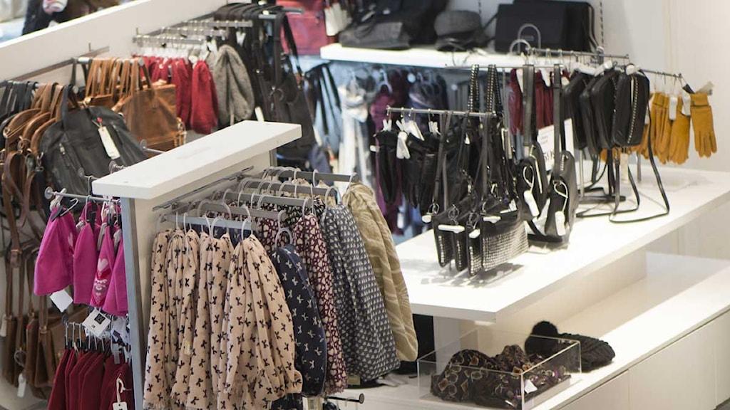 Kläder och accessoarer i butik, typisk butiksinteriör. Foto: Fredrik Sandberg /TT