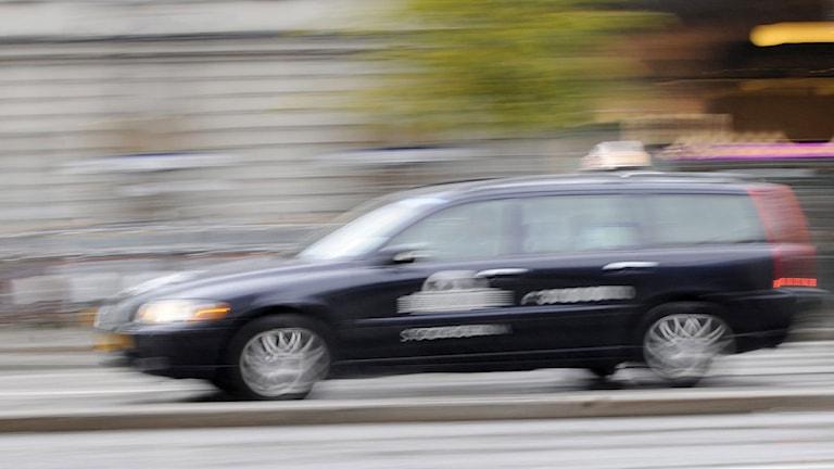 Suddig bild på taxibil, okänt bolag. Foto: Bertil Ericson/TT