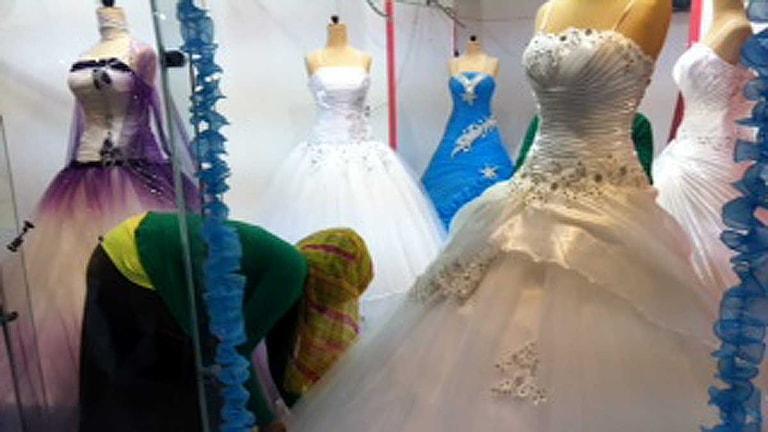 Vackra klänningar i en egyptisk bröllopsbutik.