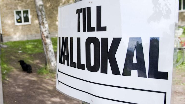 """Skylt med texten """"Till vallokal"""". Foto: Henrik Montgomery/TT."""