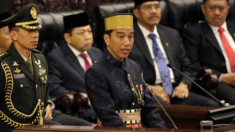En man med gul hatt.