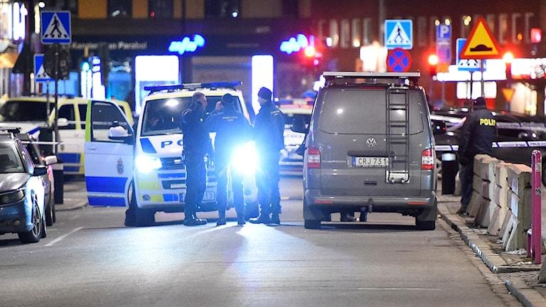 Polis och tekniker vid avspärrning där en person sköts i Malmö i februari i år.
