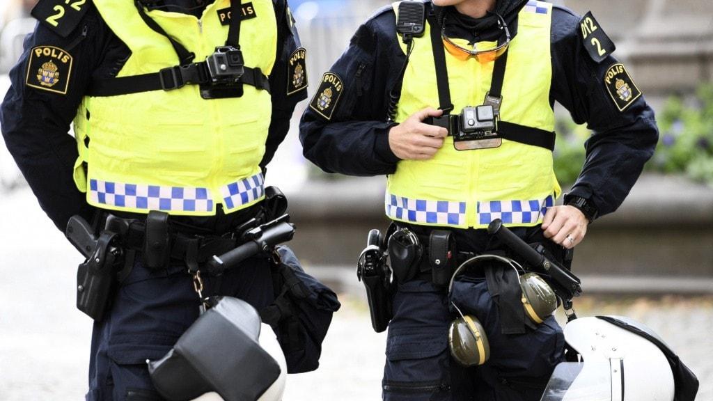 Två uniformerade poliser