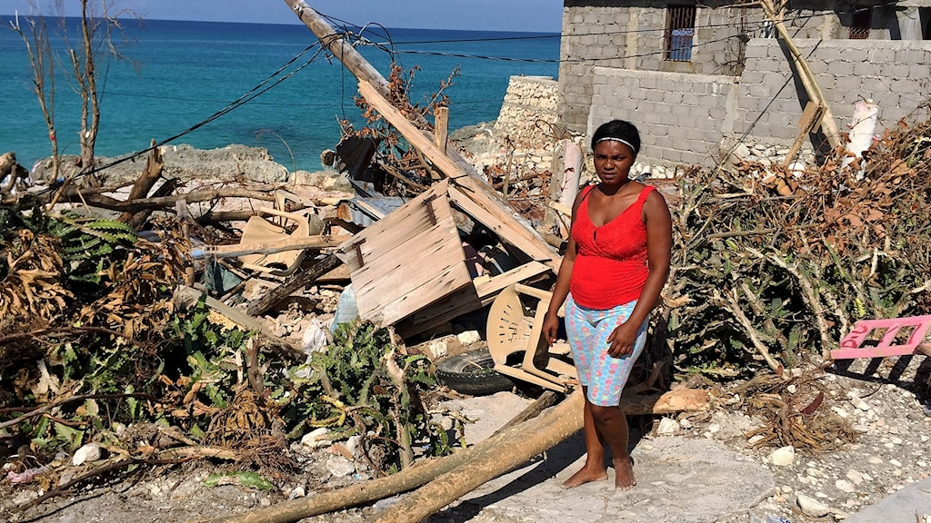 Rorone Fleurimond i Pointe Sable på södra Haiti har fått sitt träskjul slaget i spillror av orkanen Matthew. Bara dem byggda i cement höll, säger hon. Foto: Johan Bergendorff/Sveriges Radio