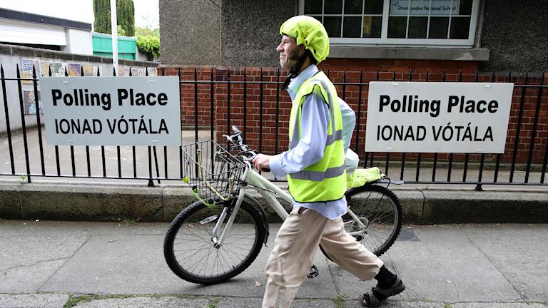 Väljare utanför vallokal i Dublin
