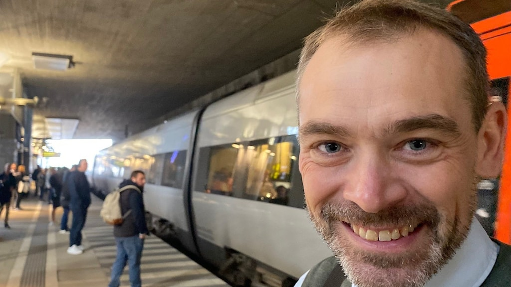 Man framför ett Öresundståg.