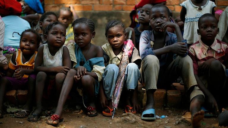 Sverige får kritik för att det sker en urholkning av biståndet till fattiga länder. Foto: Jerome Delay/TT.