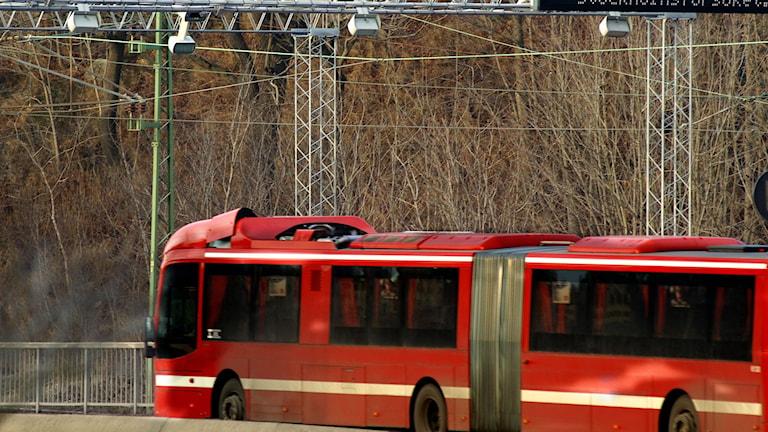 SL-buss passerar bron vid Danvikstull. Foto: Hasse Holmberg/TT.