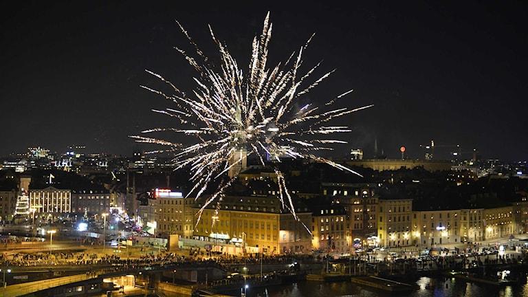 Fyrverkeri över Skeppsbron i Stockholm strax före midnatt på nyårsafton. Foto: Anders Wiklund/TT.