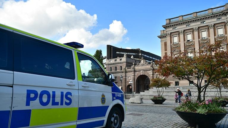 Polisbil utanför riksdagshuset.