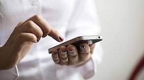 En kvinna skickar sms med sin mobil. Foto: Fredrik Sandberg/TT.