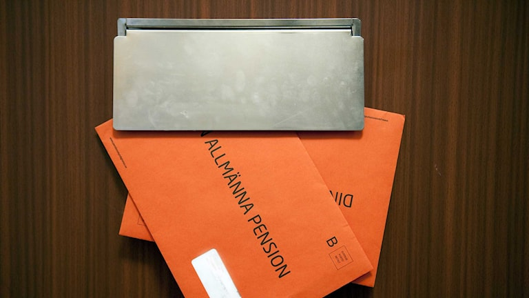 Ett orange kuvert i brevinkastet. Foto: Maja Suslin/TT.
