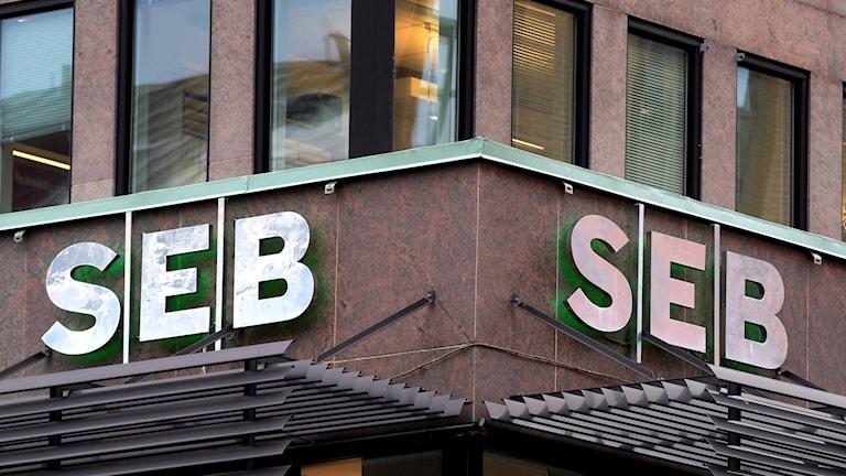 درگذشت لیسبیت پالمه، بانک اس ای بی مظنون به کلاهبرداری مالیاتیست، افزایش شنودهای رادیویی و اینترنتی، کمونها بهطور تاریخی بدهکارند