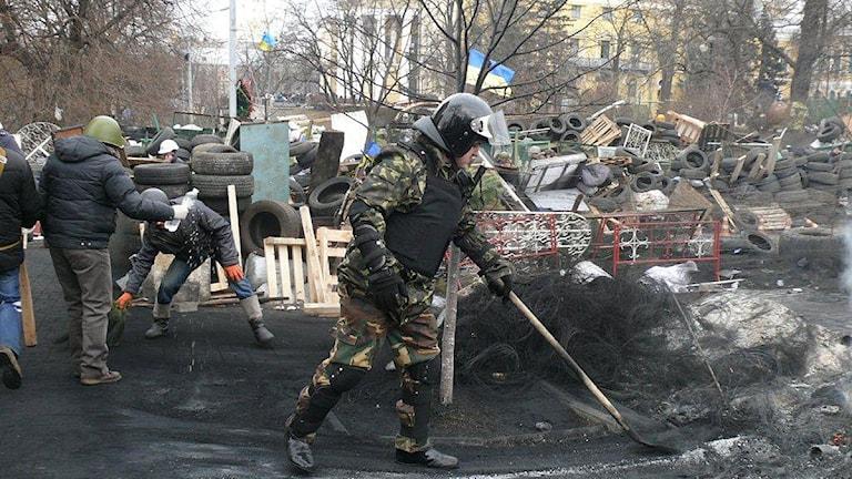 Städning i hopp om att det nu inte ska behövas fler brinnande bildäck och barrikader. Foto Maria Persson Löfgren/Sveriges Radio.