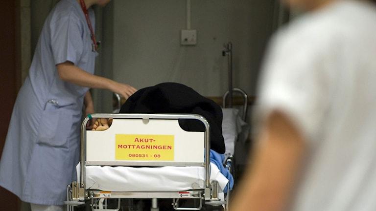 Vårdpersonal och en patient på akutmottagningen på Danderyds sjukhus. Foto: Bertil Ericson /TT sx95b9fd