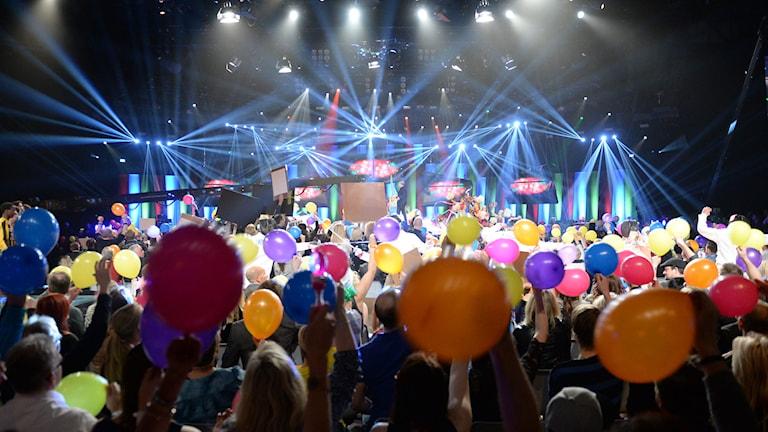 Programledarna Anders Jansson och Nour el Refai inleder melodifestivalens fjärde delfinal i Fjällräven center i Örnsköldsvik på lördagskvällen. Foto: Fredrik Sandberg / TT sza0beb6