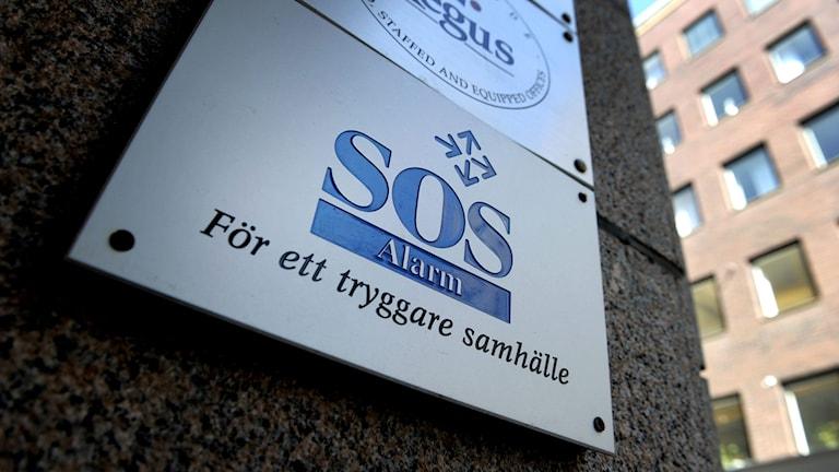 Skylten utanför SOS Alarms huvudkontor på Humlegårdsgatan i Stockholm. Foto: Janerik Henriksson/Sveriges Radio.