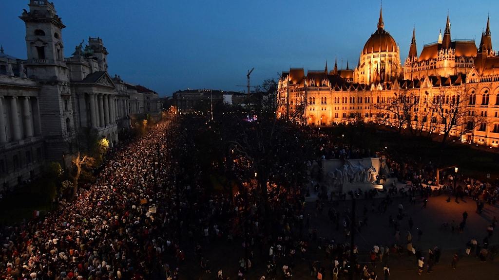 Uppemot hundratusen ungrare demonstrerar utanför parlament i Budapest.