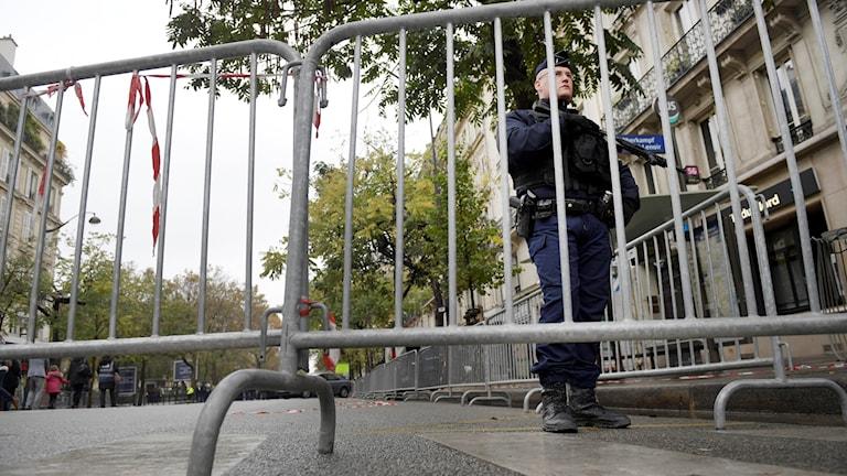 Gatan utanför Bataclan-teatern är avspärrad och hårdbevakad i samband med att Paris uppmärksammar årsdagen av fjolårets förödande terrorattack.