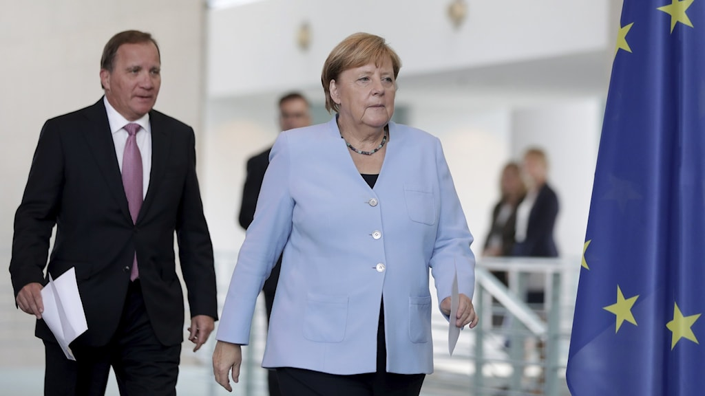 Statsminister Stefan Löfven följer Angela Merkel