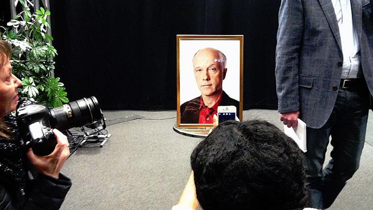 En minnesbild på Nils Horner på dagens pressträff. Foto: Mikael Kulle/Sveriges Radio.