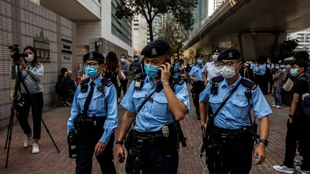 Poliser patrullerar utanför en rätten i Hongkong.