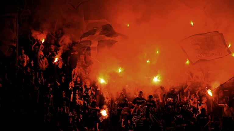 Supportrar med brinnande facklor. Foto: Erik Mårtensson / TT