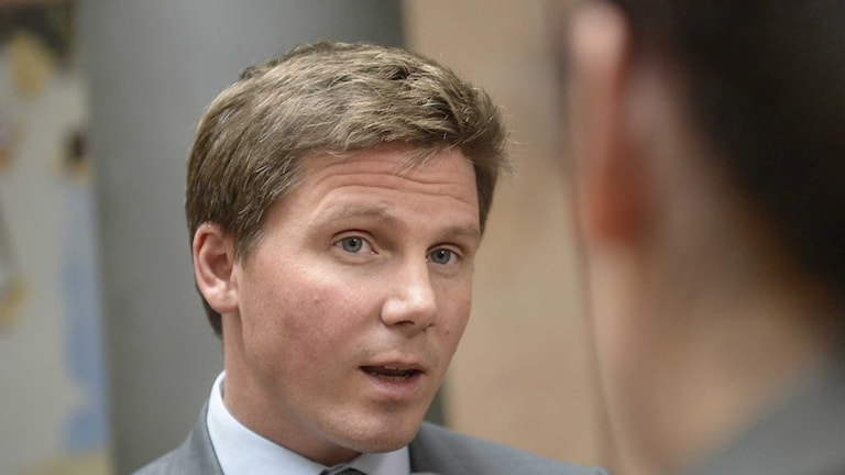 Integrationsminister Erik Ullenhag sätter nu press på kommunerna att bli bättre på att hantera sociala kriser, exempelvis rasisitiska angrepp.