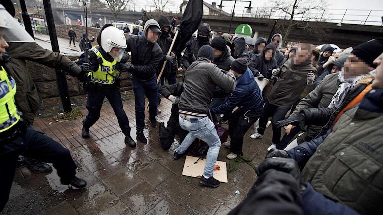 Endast sex poliser fanns på plats vid den tillståndsgivna manifestationen i Kärrtorp i december förra året.