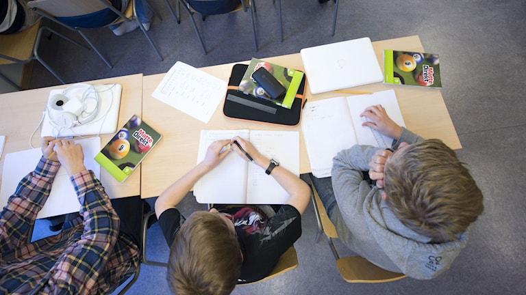 En niondeklass under en mattelektion på Trädgårdstadsskolan i Tullinge.