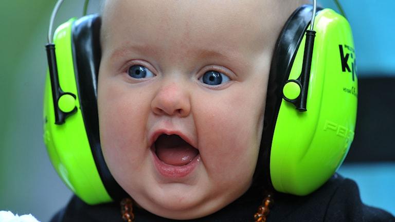 Bebis med hörselskydd. Foto: Ermindo Armino/TT.