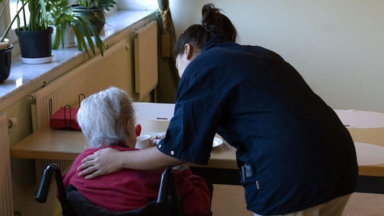 En undersköterska hjälper en äldre person på ett boende. Foto: Henrik Montgomery/TT.