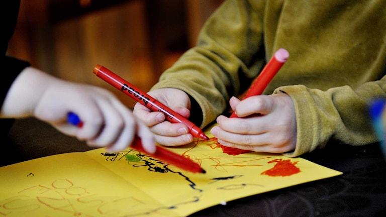 Barn ritar en teckning på dagis. Foto: Jurek Holzer / TT