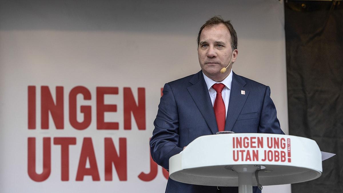 Socialdemokraternas ordförande Stefan Löfven talar vid samlingen efter demonstrationståget på första maj i Sundbyberg på torsdagen. Foto: Jessica Gow/TT.